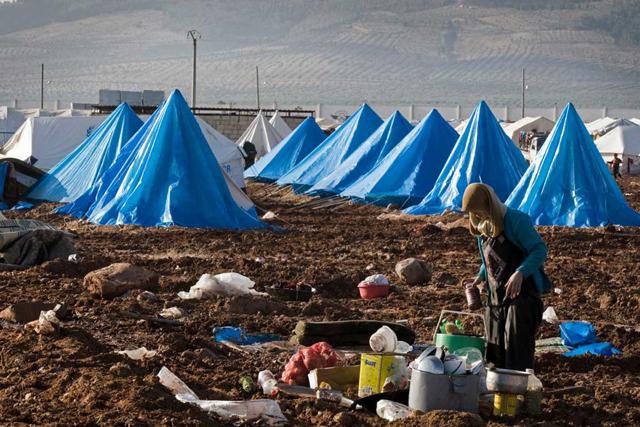 Una mujer prepara una comida en el campamento para desplazados internos Bab Al Salame, en Alepo, Siria, cerca de la frontera con Turquía, en enero de 2014. Crédito: UNOCHA.