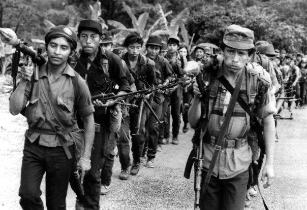 Guerrilleros del Frente Farabundo Martí de Liberación Nacional (FMLN), en una de las montañas de El Salvador, durante la guerra civil que vivió el país entre 1982 y 992. Ahora el FMLN, reconvertido en un partido político, gobierna la nación centroamericana desde 2009, y desde 2014 su presidente es el antiguo comandante guerrillero Salvador Sánchez Cerén. Crédito: Dominio Público