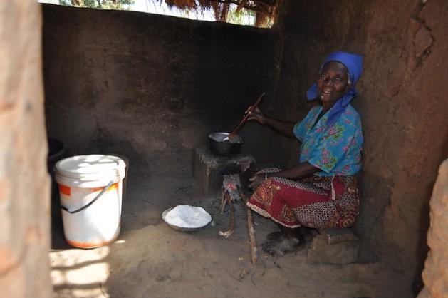 Felistas Ngoma, de 72 años, prepara nsima en la cocina de su vivienda en la aldea Nkhamenya, en el distrito Kasungu en Malawi. Crédito: Charity Chimungu Phiri/IPS.