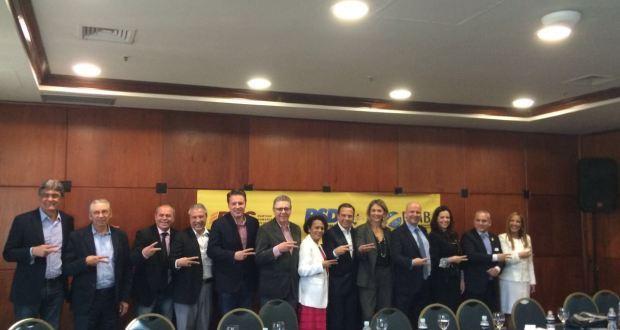 Dirigentes del Partido de la Mujer Brasileña (PMB) celebran este mes una alianza con otro partido. Obtuvo su reconocimiento legal en septiembre, pero no representa a las mujeres y sus intereses, sino que está dominado por varones y funciona como un partido instrumental. Crédito: PMB