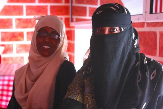 Las enfermeras Hasna (a la izquierda) y Marwa. Crédito: James Jeffrey / IPS