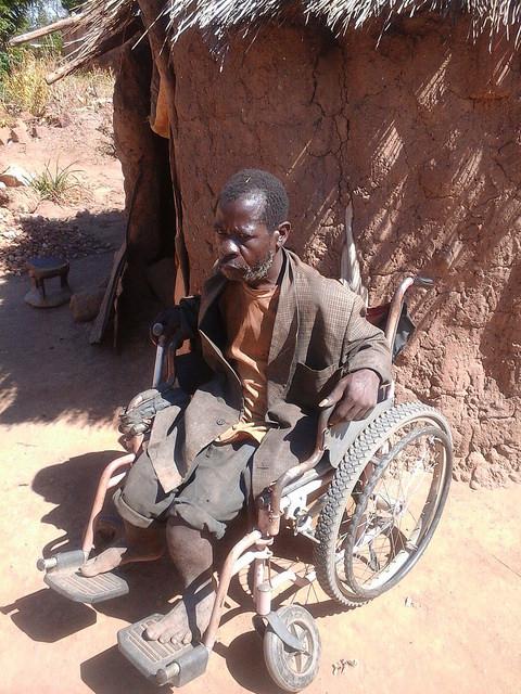 Moses Kasoka afuera de su choza en Pemba, en el sur de Zambia. Crédito: Friday Phiri/IPS