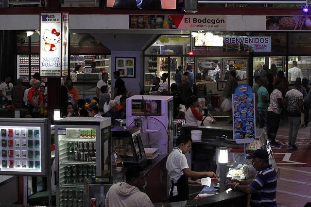 Interior del centro comercial Plaza Carlos III, con galerías de tiendas y servicios gastronómicos, en el municipio de Centro Habana, en la capital de Cuba. Este tipo de nuevos negocios, parte gestionados por operadores privados, se ven perjudicados por los revendedores informales operan en el mercado sumergido. Crédito: Jorge Luis Baños/IPS