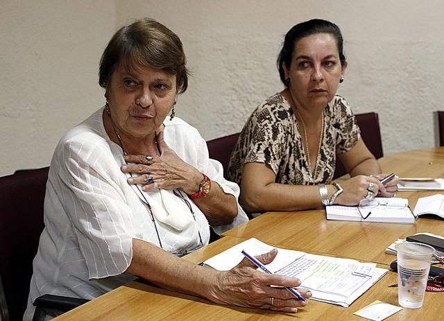 Miriam García  (izquierda), jefa de la Dirección de Asociaciones y Vania Rivero, jefa de la Dirección de Relaciones con Asociaciones,  del Ministerio de Justicia de Cuba, durante una entrevista con IPS en la sede de la institución en La Habana. Crédito: Jorge Luis Baños/IPS