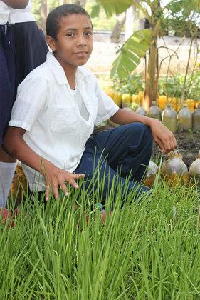 Josué Orlando Torres, estudiante de 11 años, sueña con ser agricultor para garantizar que los niños como él tengan acceso a alimentos gratuitos y de calidad en la escuela, en la comunidad de Coloaca, en una región indígena, donde un programa de escuelas sostenibles comienza a derrotar la desnutrición crónica. Crédito: Thelma Mejía/IPS