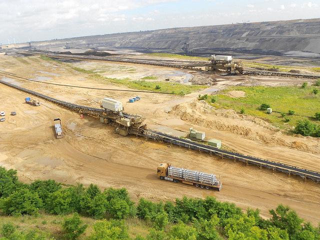 Parte de la mina a cielo abierto de lignito de Garzweiler, en  Renania del Norte-Westfalia. Uno de los grandes retos de la transición energética de Alemania es el futuro de este contaminante  carburante. Crédito: Emilio Godoy/IPS