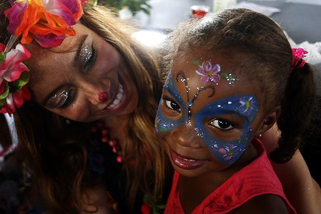 Una niña muestra sonríe con su maquillaje de fantasía que le acaban de realizar en una feria de arte en La Habana, en Cuba. Las organizaciones por los derechos de las personas afrodescendientes en el país,  luchan para que el futuro de las nuevas generaciones vivan libres de discriminación. Crédito: Jorge Luis Baños/IPS