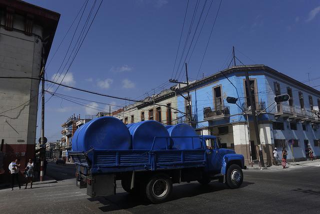Un camión transporta tanques para el almacenamiento de agua potable. Estos artículos industriales de grandes dimensiones no escapan a su sustracción en entidades estatales para su venta ilegal en el floreciente mercado negro. Crédito: Jorge Luis Baños/IPS