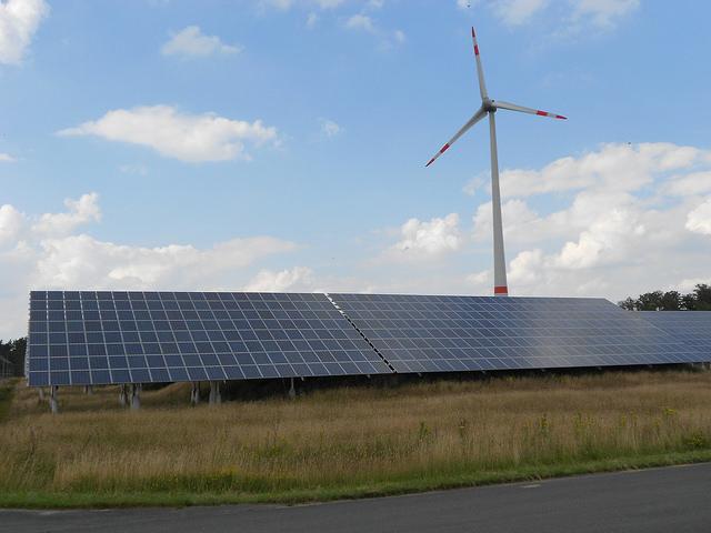 La transición energética de Alemania incluyó facilidades para las energías eólica y fotovoltaica, generadas por cooperativas y ciudadanos, como las que operan en el Bioparque de Energía de Saerbeck, en el estado de Renania del Norte-Westfalia. Crédito: Emilio Godoy/IPS