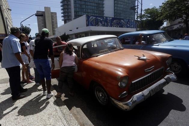 Los cubanos, como estos residentes en La Habana que se disponen a compartir un vehículo privado que funciona como taxi, temen que tengan que volver a soportar las penurias del llamado periodo especial económico, por la nueva crisis que afecta a Cuba y ha obligado al gobierno a tomar un programa de medidas de austeridad. Crédito: Jorge Luis Baños/IPS