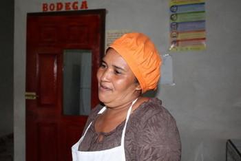 Rubenia Cortes, una de las madres que son cocineras voluntarias en la escuela de la remota aldea de La Cañada, en el departamento de Lempira, en el occidente de Honduras. Ellas cocinan en un espacio que contribuyeron a construir padres y docentes. Crédito: Cortesía de Thelma Mejía