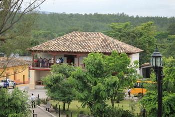 Vista de Belén, un pueblo y cabecera del municipio rural del mismo nombre, en medio de las montañas del occidente de Honduras, en el departamento de Lempira, donde un programa con su corazón en las escuelas está mejorando la nutrición de sus remotas comunidades indígenas. Crédito: Cortesía de Thelma Mejía