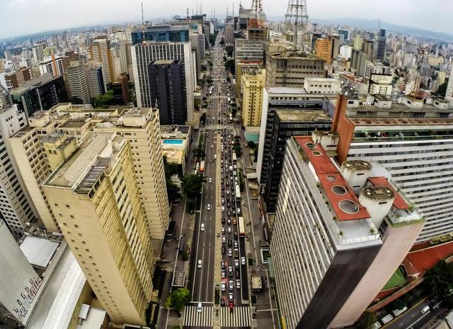 Parte de la Avenida Paulista, en la metrópolis de São Paulo, que con sus casi tres kilómetros de longitud representa el corazón financiero de Brasil, dedsde donde se dicta el rumbo económico del país. Crédito: Rafael Neddermeyer/Fotos Públicas