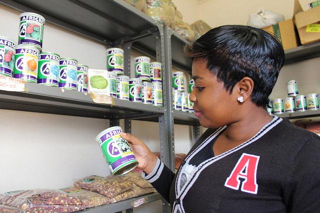Una asistente verifica un producto en la tienda agrícola de Nancy Khorommbi en el distrito de Vhembe, Sudáfrica. Crédito: Busani Bafana / IPS