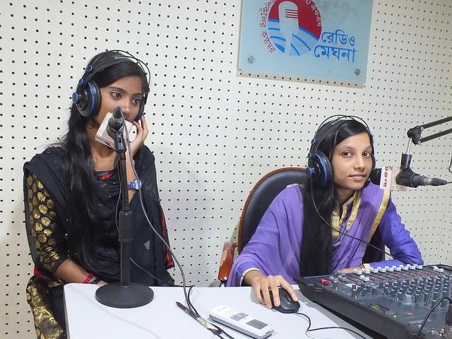 En Radio Meghna, jóvenes adolescentes de Bangladesh trasmiten un programa destinado a prevenir el matrimonio precoz y a permanecer en la escuela. Crédito: Naimul Haq / IPS