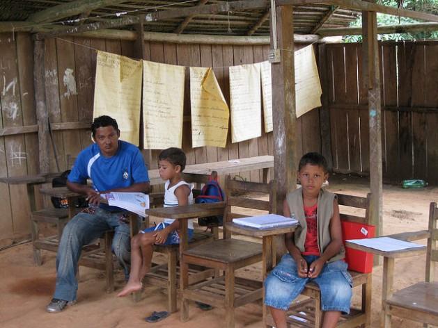 Dos niños del pueblo juruna, en la escuela de la aldea indígena de Paquiçamba, en las orillas río Xingú en la Amazonia brasileña. Crédito: Mario Osava/IPS