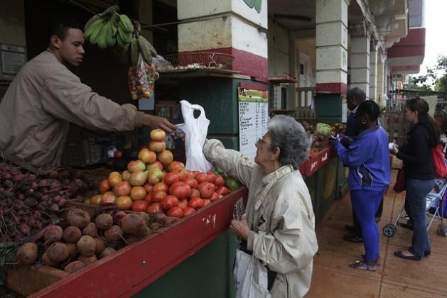 El gobierno cubano considera una prioridad sostener el abastecimiento en los mercados de consumo y los servicios vitales a la población. Crédito: Jorge Luis Baños /IPS
