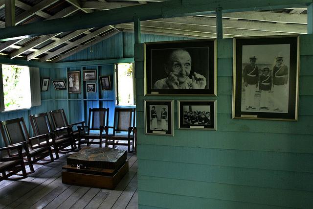 Interior de la casa natal del líder de la Revolución Cubana, Fidel Castro, y el presidente cubano Raúl Castro, con objetos y fotografías familiares, en Birán, en el municipio Cueto, en la oriental provincia de Holguín. Crédito: Jorge Luis Baños/IPS