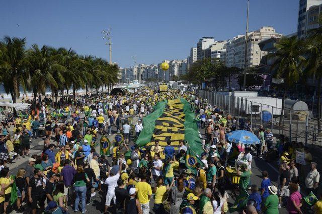 Una manifestación contra la corrupción en Brasil, en apoyo de la investigación de la operación Lava Jato y a favor de la salida definitiva de la presidencia de Dilma Rousseff, durante su recorrido el 31 de julio por la playa de Copacabana, en Río de Janeiro. Crédito: Tânia Rêgo/Agência Brasil