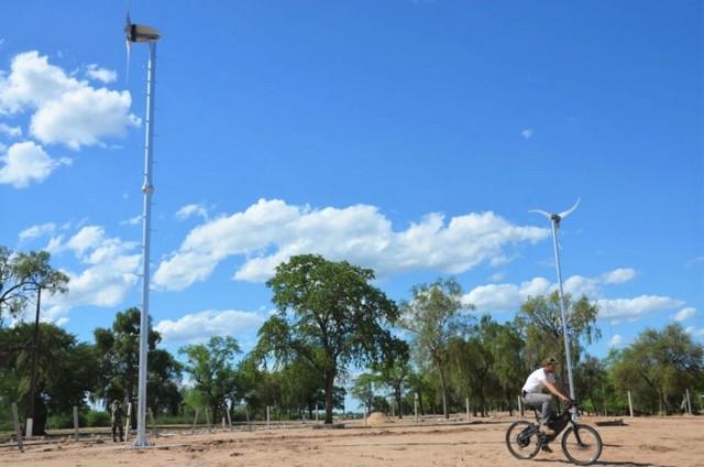 Un militar transita en bicicleta entre molinos de viento del primer proyecto piloto de energías renovables y pequeña generación, que acoge la región del Chaco, en Paraguay, dentro de una instalación militar. Crédito: Parque Tecnológico de Itaipú
