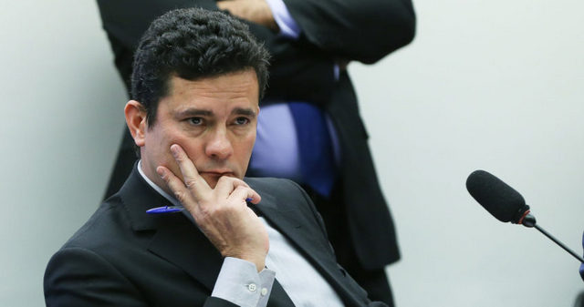 El juez federal Sérgio Moro, durante una audiencia pública sobre corrupción, el 4 de agosto, en la Cámara de Diputados, en Brasilia. Aplaudido por su combate contra la multimillonaria red de corrupción en torno a Petrobras, su imagen de imparcialidad se resintió por la coercitiva detención del expresidente Luiz Inácio Lula da Silva, para interrogarlo. Crédito: Lula Marques/ AGPT