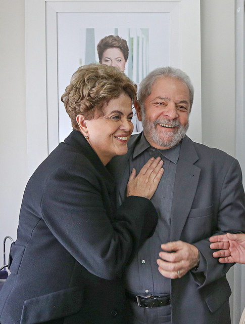 La suspendida presidenta Dilma Rousseff y el exmandatario Luiz Inácio Lula da Silva, se abrazan en un encuentro en junio. Los dos viven sus horas más bajas: Rousseff está cerca de ser destituida por el Senado y Lula va a ser enjuiciado por presunta obstrucción a la justicia y afronta otra investigación por corrupción. Crédito: Ricardo Stuckert/Instituto Lula