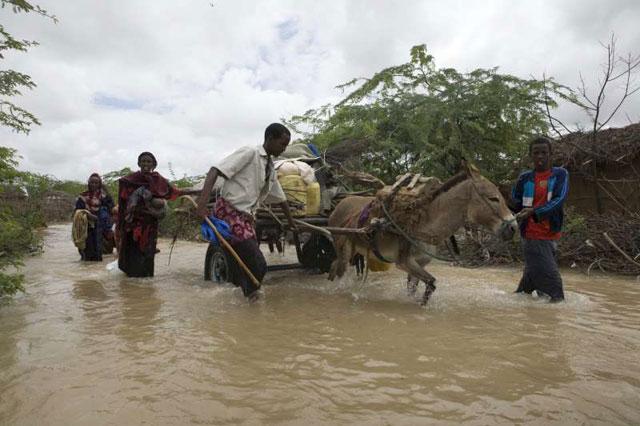 Refugiados somalíes huyen de las inundaciones en Dadaab, Kenia. El campamento de refugiados de Dadaab se ubica en áreas propensas a las sequías y a las inundaciones, lo que dificulta la asistencia  de organizaciones humanitarias. Crédito: B.Bannon/©UNHCR