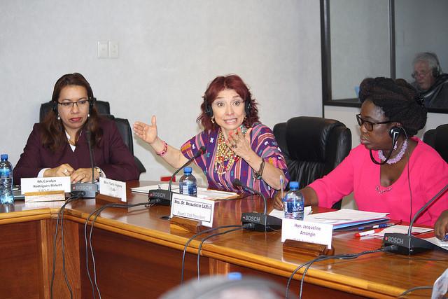 De izquierda a derecha: coordinadora especial de la FAO para alianzas parlamentarias, Caroline Rodrigues Birkett, Maria Augusta Calle, de Ecuador, y vicepresidenta del PAP, Bernadette Lahai. Crédito: Desmond Latham/IPS.