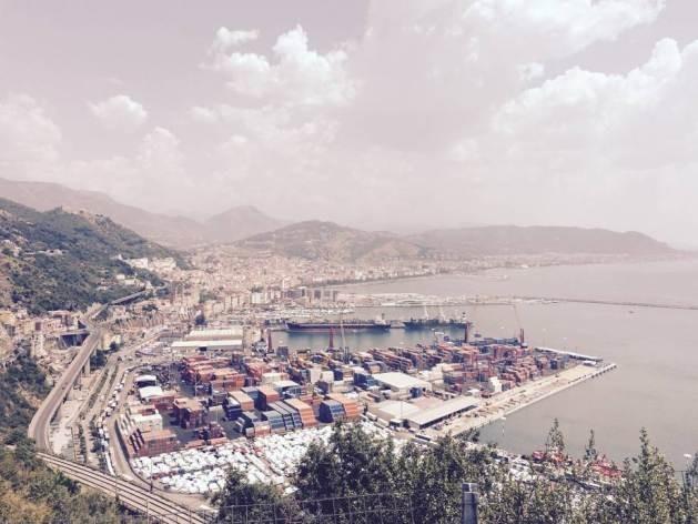 Los contenedores se apilan en el puerto italiano de Salerno. Crédito: FAO