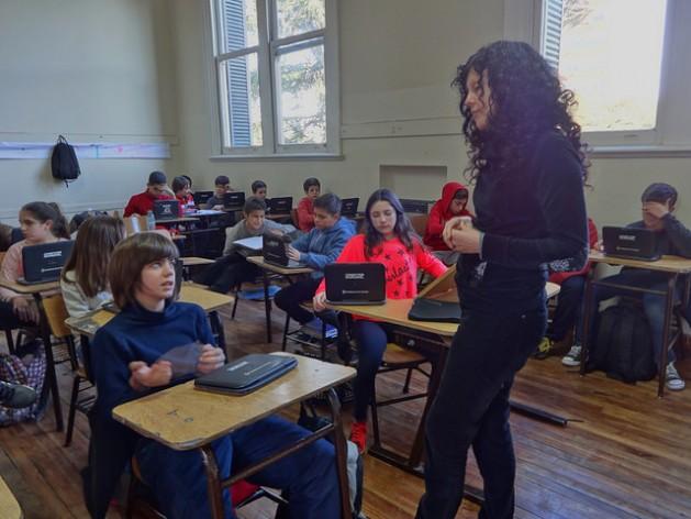 El proceso de aprendizaje se transformó en las escuelas públicas argentinas con el programa Conectar Igualdad, que entrega una computadora portátil a cada estudiante. Ese es uno de los proyectos educativos afectados por los cambios introducidos en la educación por el gobierno de Mauricio Macri. Crédito: Fabiana Frayssinet/IPS