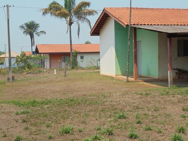 Casas vacías en Nueva Villa Teotônio, donde quedan 47 familias, según la concesionaria de la central hidroeléctrica de Santo Antônio, que construyó una comunidad de 72 viviendas,  17 cedidas para la escuela, asociaciones de pobladores, centros de salud y otros servicios. Parte de las familias reasentadas en esta comunidad del estado noroccidental de Rondônia, en Brasil, la abandonaron. Crédito: Mario Osava/IPS