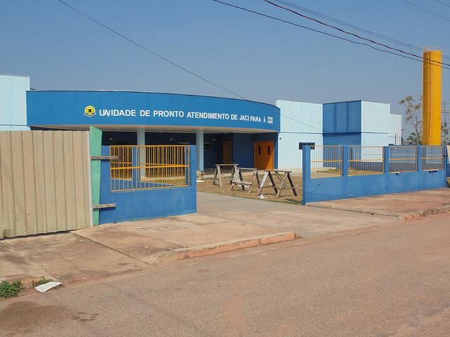 La Unidad de Atención Inmediata en el pueblo de Jacy Paraná, de 3.000 habitantes, arrinconado entre el embalse de Santo Antônio y la represa de Jirau, las dos centrales hidroeléctricas del estado de Rondônia. La clínica pública, construida hace dos años, permanece cerrada, sin médicos ni equipos, en una localidad sumida en el abandono. Crédito: Mario Osava/IPS