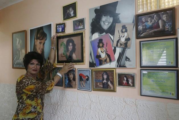 Juan Noriega Padrón, de 66 años, travestido como Victoria Now, muestra algunos recuerdos. Noriega contrajo el VIH hace un año y se desempeña como activista de la comunidad lesbianas, gays, bisexuales y transexuales (LGBT), en un municipio de La Habana, en Cuba. Crédito: Jorge Luis Baños/IPS