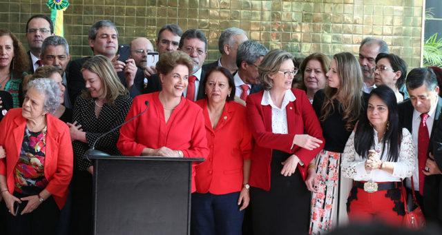Dilma Rousseff sonríe durante su comparecencia en Brasilia el 31 de agosto, tras ser destituida como presidenta de Brasil por el Senado, en un juicio político de final previsible hace meses, pero donde sorpresivamente no se la suspendieron sus derechos políticos. Crédito: Lula Marques/ AGPTl