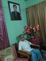 En la foto se puede ver a Ajoy Roy, el padre del escritor bangladesí Avijit Roy, asesinado en 2015. Crédito: Amy Fallon/IPS.