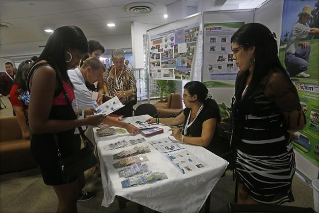 Participantes en el III Congreso Internacional de Minería y Metalurgia, realizado en el balneario de Varadero, en Cuba, entre el 3 y el 7 de octubre, examinan muestras de diferentes minerales y folletos informativos en un estand. Crédito: Jorge Luis Baños/IPS