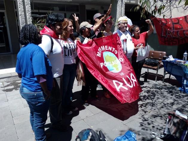 """Activistas protestan durante el foro social """"Resistencia a Hábitat III"""" en la Universidad Central del Ecuador, que acogió el encuentro paralelo a la cumbre de Hábitat III y que participaron 100 organizaciones de más de 30 países para debatir sobre cómo avanzar en el derecho a la ciudad para todos. Crédito: Emilio Godoy/IPS"""