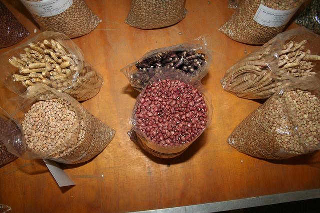 Puesto de venta de legumbres en un mercado de Bulawayo, en Zimbabwe. Este cultivo rendidor favorece la seguridad nutricional y económica de los agricultores africanos. Crédito: Busani Bafana/IPS.