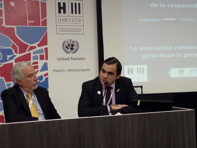 El alcalde Héctor Mantilla (der.) expuso en Hábitat III las necesidades de infraestructura de las urbes intermedias, en su caso, Floridablanca, en el norteño departamento colombiano de Santander. Crédito: Emilio Godoy/IPS.