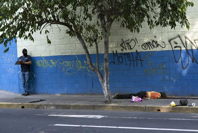 El cuerpo de un hombre, asesinado de varios disparos, en la acera de una calle de San Salvador, en una imagen de la violencia que asola algunos países centroamericanos. Crédito: Encarni Pindado/Amnistía Internacional