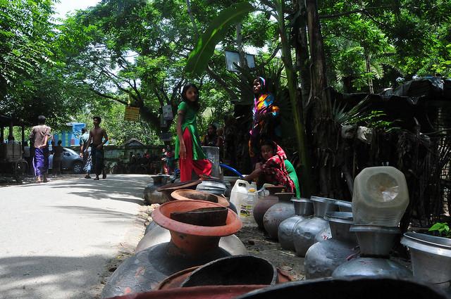 En el este de Bangladesh, varias mujeres esperan la ayuda de agua potable en la aldea de Chenchuri, a 300 kilómetros de Daca. Crédito: Amantha Perera/IPS