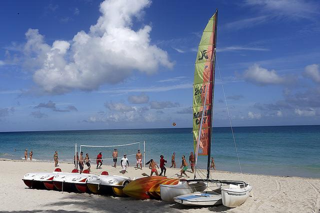 Turistas se recrean en un área de la playa del balneario de Varadero, en el occidente de Cuba. La llegada de turistas estadounidenses al país aumentó en 80 por ciento en el primer semestre de 2016, con respecto al mismo periodo del año anterior. Crédito: Jorge Luis Baños/IPS