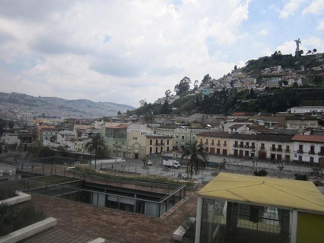 El cerro del Panecillo que divide el norte y el sur de la capital de Ecuador, desde el Museo de la Ciudad, en pleno Centro Histórico. La accidentada topografía obstaculiza la movilidad de Quito. Crédito: Mario Osava/IPS