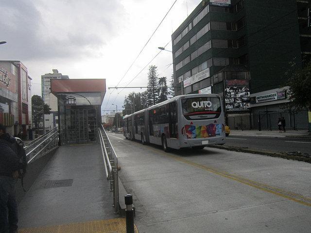 Trolebús del sistema  por corredor especial y una de sus estaciones, en la capital de Ecuador. Los críticos del proyecto del tren subterráneo en Quito consideran mejor para la ciudad extender y mejorar este transporte de superficie. Crédito: Mario Osava/IPS