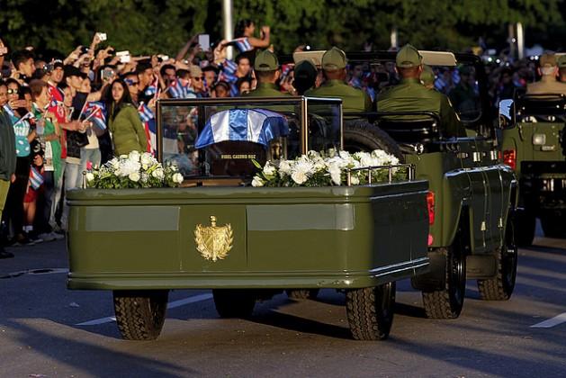 Las cenizas de Fidel Castro, cubiertas con la bandera de Cuba y en un remolque militar descubierto, recorren desde el jueves 30 de noviembre 800 kilómetros, en un cortejo fúnebre de cuatro días, que culminará con el depósito de los restos en un cementerio de Santiago de Cuba, el domingo 4 de diciembre. Crédito: Jorge Luis Baños/IPS