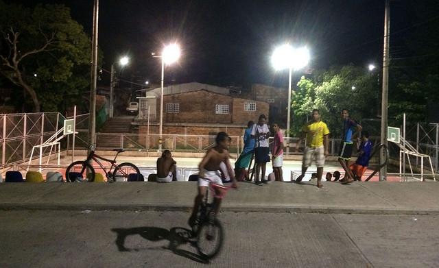 Algunos jóvenes se divierten en un espacio común en el barrio La Victoria. Crédito: Celia Guerrero/Pie de Página
