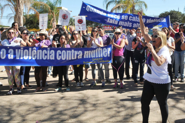 """Manifestantes piden que se aplique la Ley Maria da Penha, al cumplirse en agosto de este año 10 años de la norma contra la violencia machista en Brasil. Una de las pancartas reza: """"Cuando tú te callas, la violencia habla más alto"""". Crédito: Foto: Tony Winston/ Agência Brasília"""