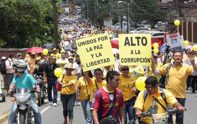 Los periodistas protestaron en siete ciudades de Honduras en mayo de 2014 por el secuestro y asesinato el mes anterior de Alfredo Villatoro, coordinador de noticias de Emisoras Unidas, la principal estación de radio del país. Crédito: Cortesía de Proceso Digital para IPS