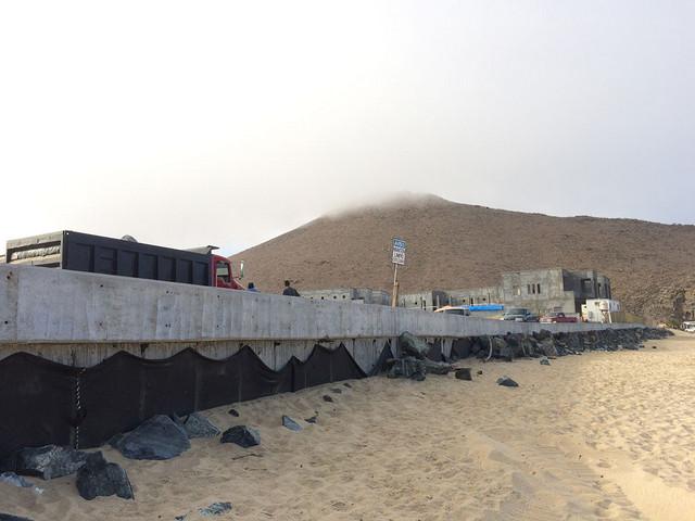 Muro rompeolas y hotel San Cristóbal en Playa de Lobos. Crédito: Celia Guerrero/Pie de Página