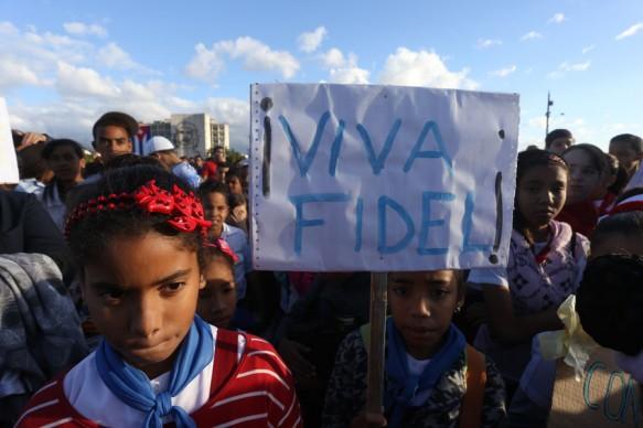 """""""Viva Fidel"""", dice un cartel que porta un grupo de niñas durante un acto en la Plaza de la Revolución, en La Habana. Tras su retiro de la escena pública, la imagen de Fidel Castro se ha mantenido presente entre las nuevas generaciones cubanas. Crédito: Jorge Luis Baños/IPS"""